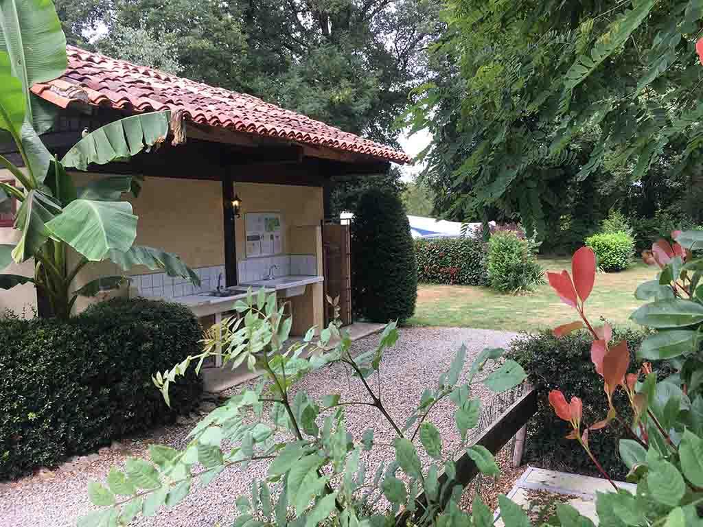 Het kleine sanitairgebouw vlakbij de speeltuin