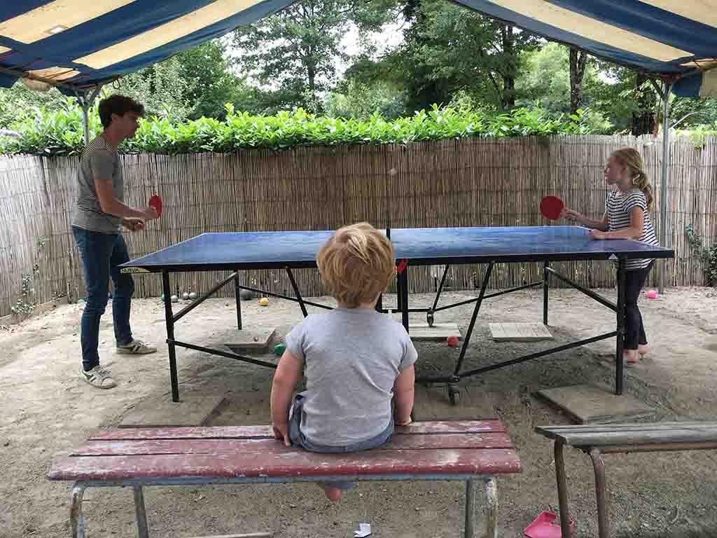 Onze jongste kijkt toe als onze oudste leert tafeltennissen