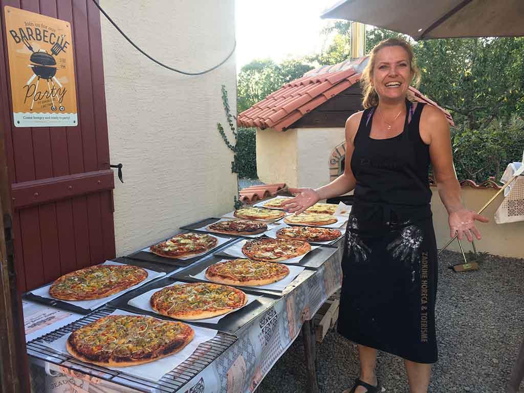 Per tafel worden twee pizza's gebracht die verdeeld kunnen worden