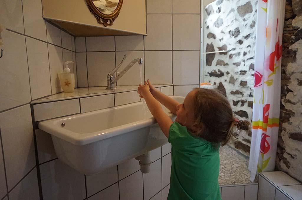 In de badkamer met ruime douche