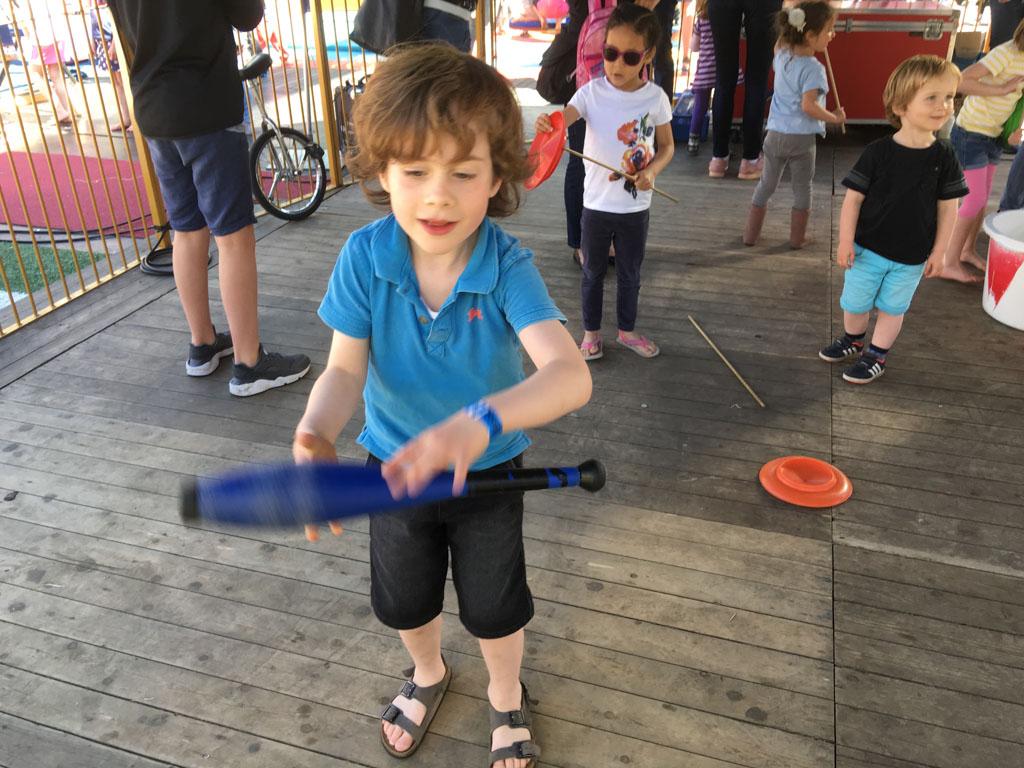 Mats kan al bijna jongleren met kegels.