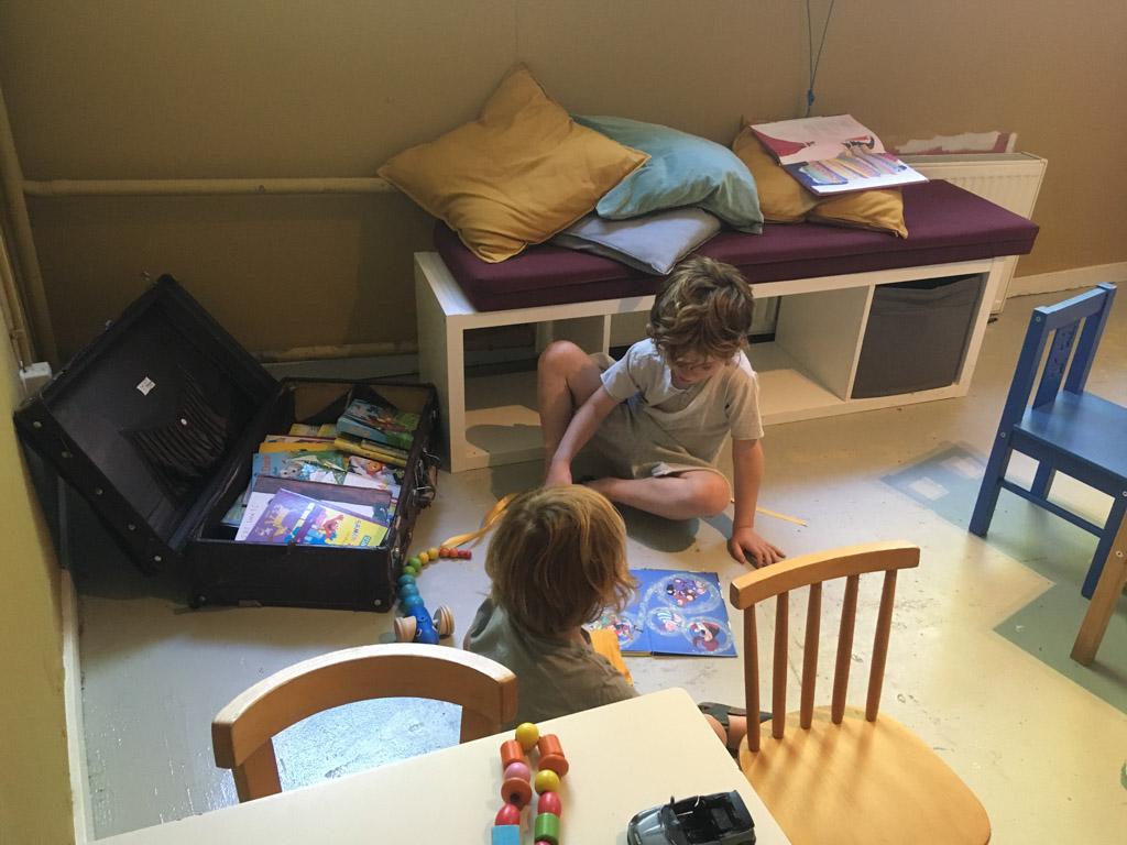 Onze kinderen zijn dol op lezen en de koffer met boeken in de speelhoek heeft dan ook grote aantrekkingskracht.