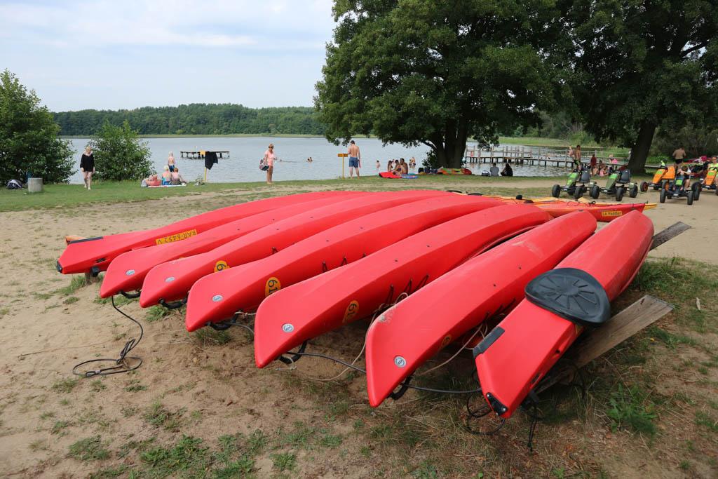 De kano's worden vlakbij de ligweide verhuurd.