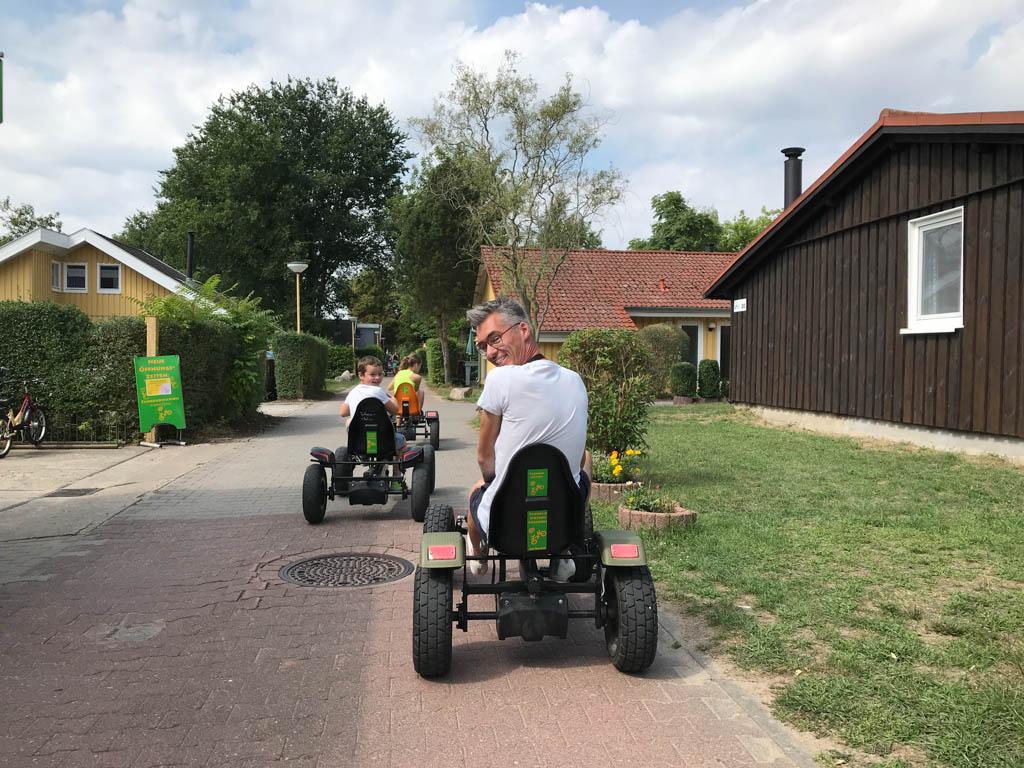 We halen onze skelters op bij de fietsverhuur en maken meteen een rondje over het vakantiepark.