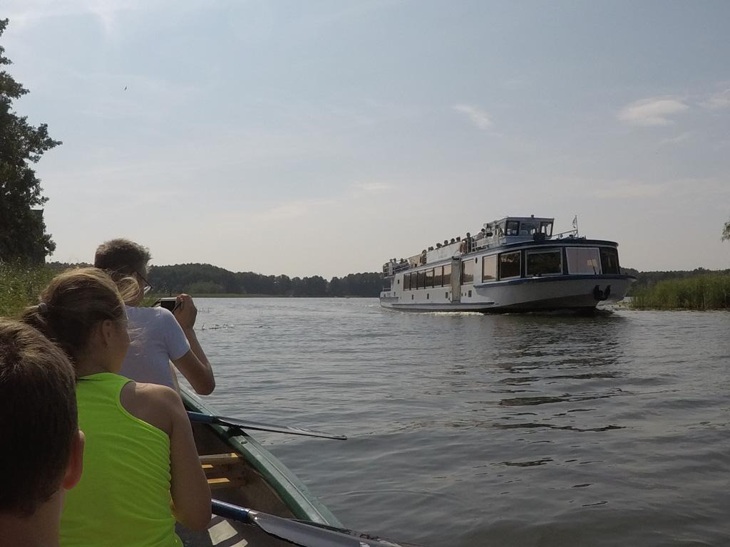 Tijdens het kanoën worden we ingehaald door de rondvaartboot die een paar keer per dag langs komt.