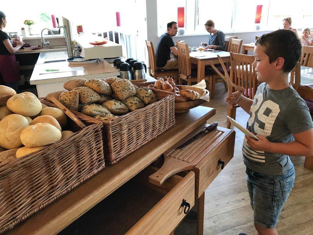Genoeg keuze uit lekkere Duitse broodjes bij het ontbijt.