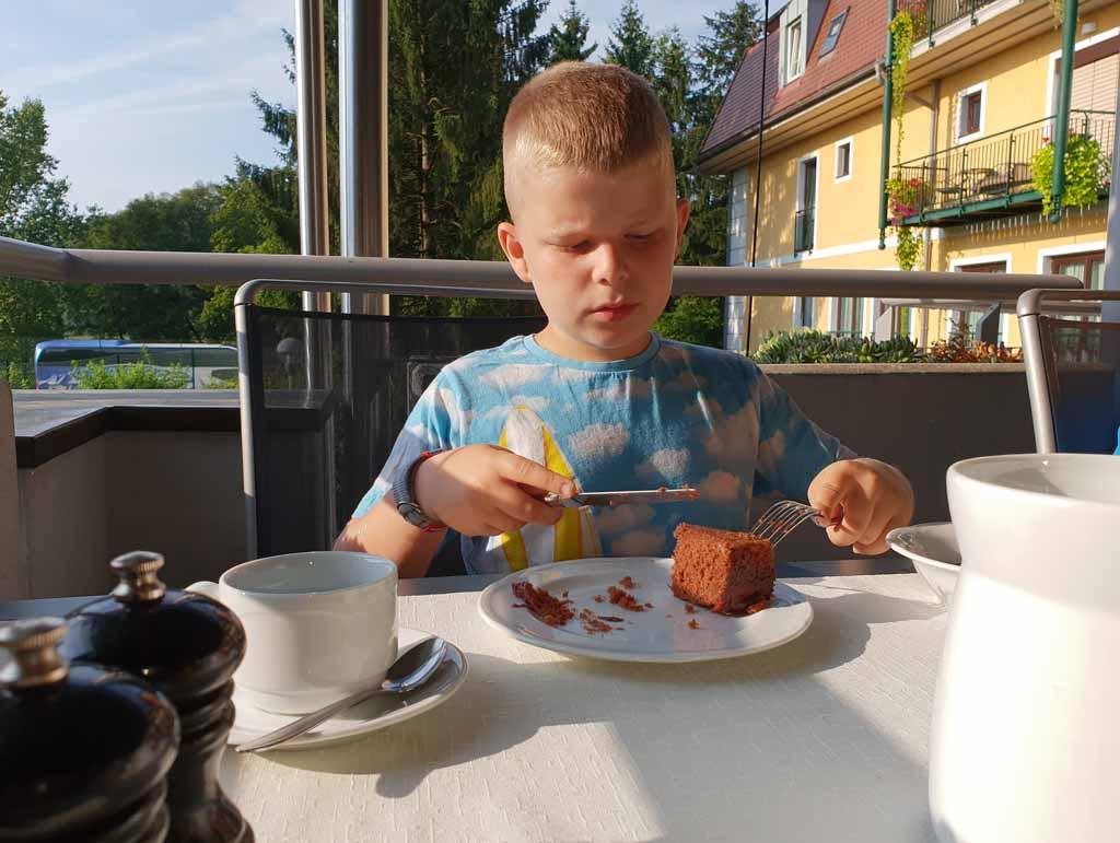 Cake als ontbijt, gewoon omdat het kan. Maar dan wel met mes en vork want dit is een keurig hotel.