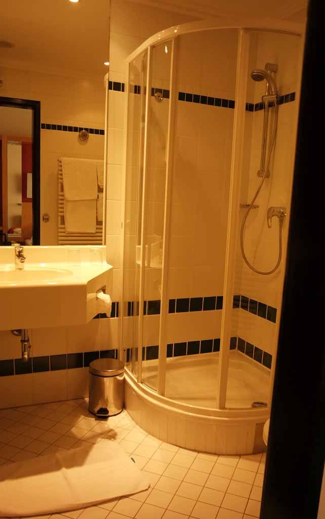 Een nette ruime badkamer