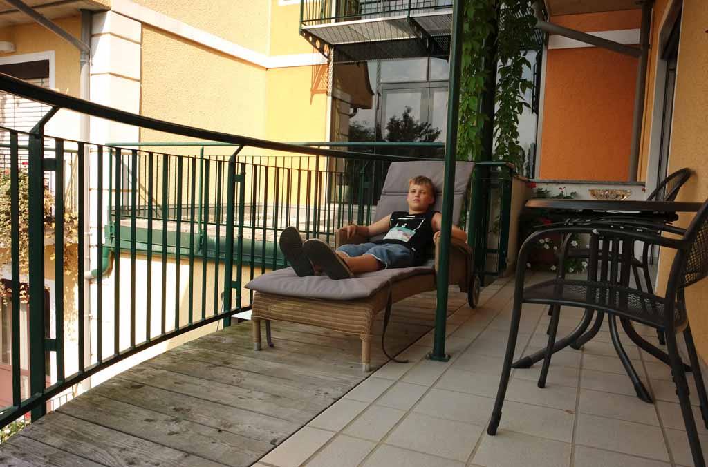 We hebben allen toegang tot ons balkon met zitje en ligstoel