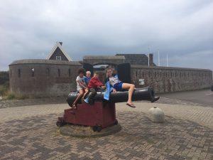 Op het kanon voor Fort Kijkduin in Huisduinen: Zara, Tijmen, Koen en Lynn.