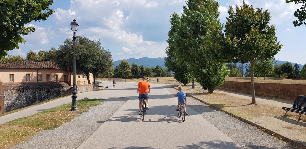 Een fietstocht op de stadsmuur is een must-do tijdens een bezoek aan Lucca.