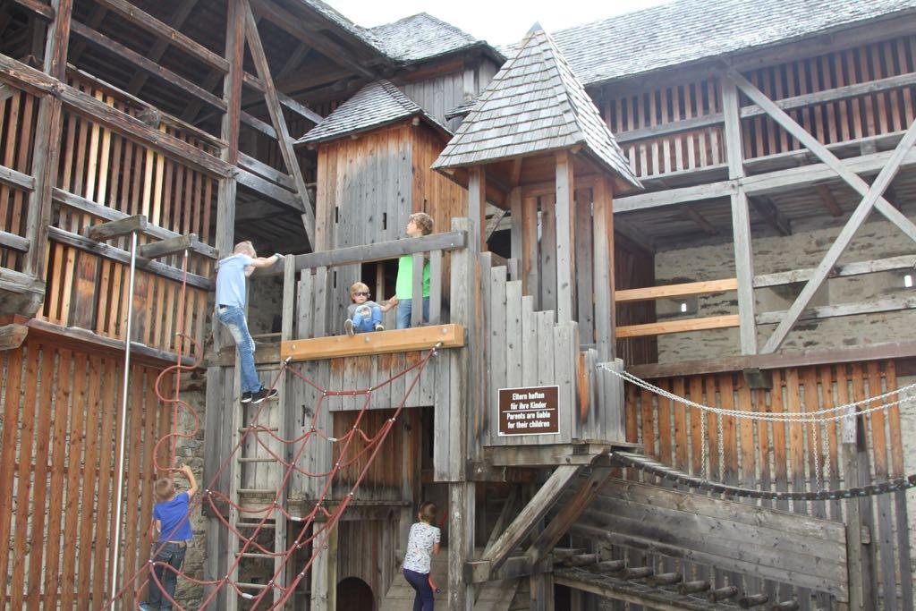 De speeltuin is eigenlijk een groot, houten speelkasteel.