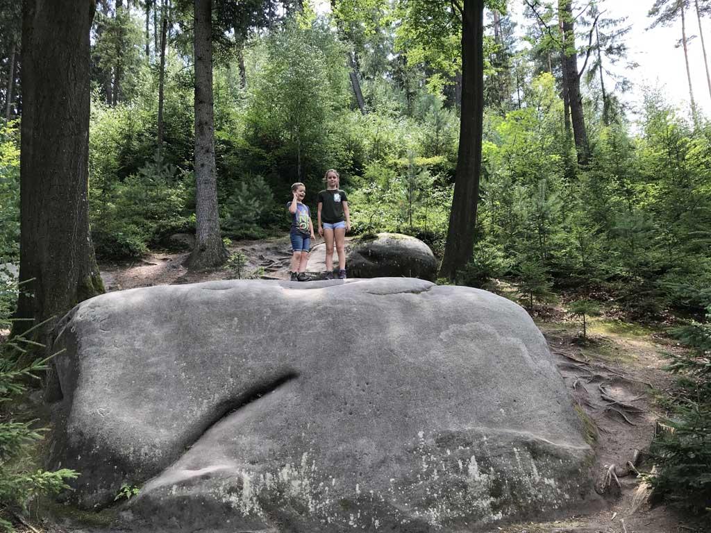 De eerste rots die we tegen komen moet natuurlijk beklommen worden.