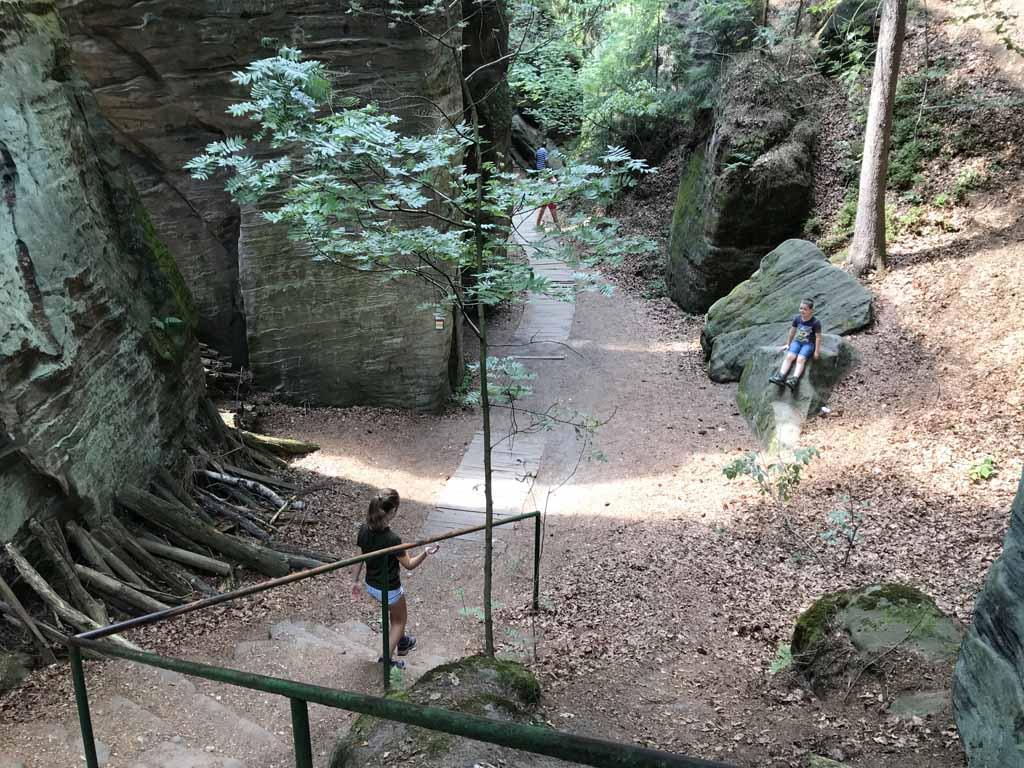 We lopen tussen de rotsen door naar beneden.