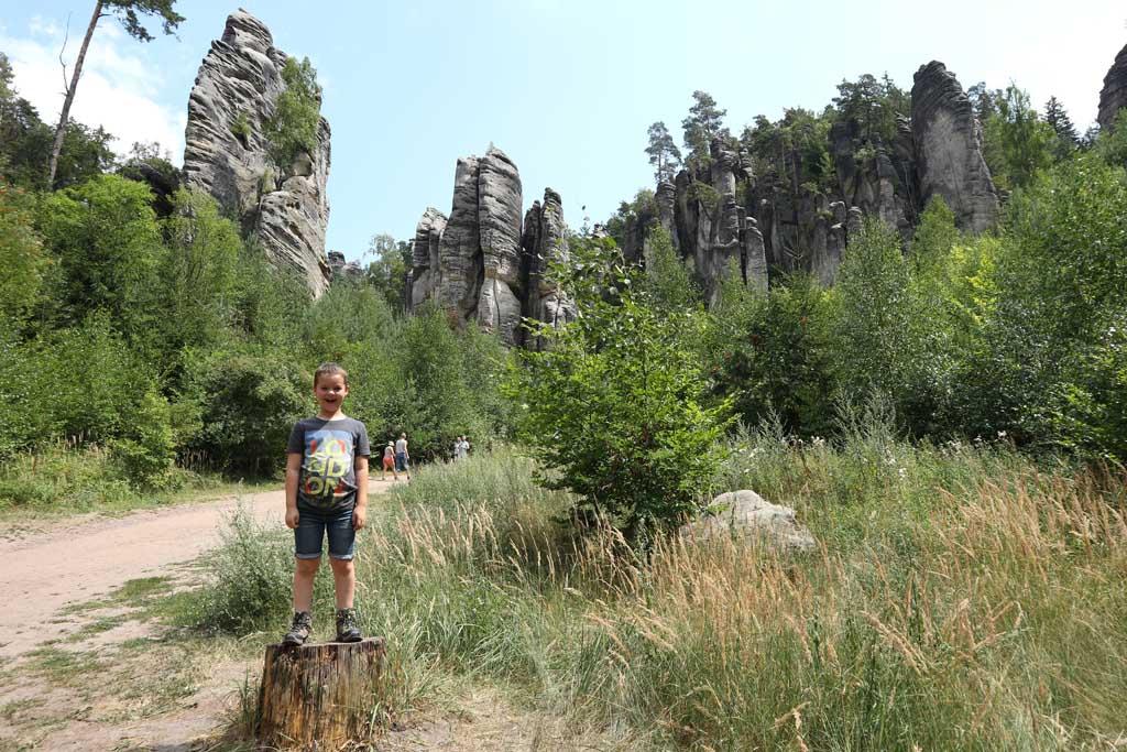 Opeens zien we hoge zandsteen rotsen voor ons.