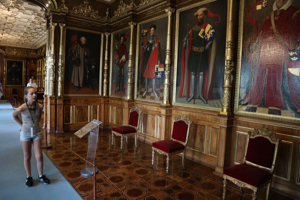 Schilderijen van vroegere vorsten. De namen en jaartallen worden uitgebreid bestudeerd.