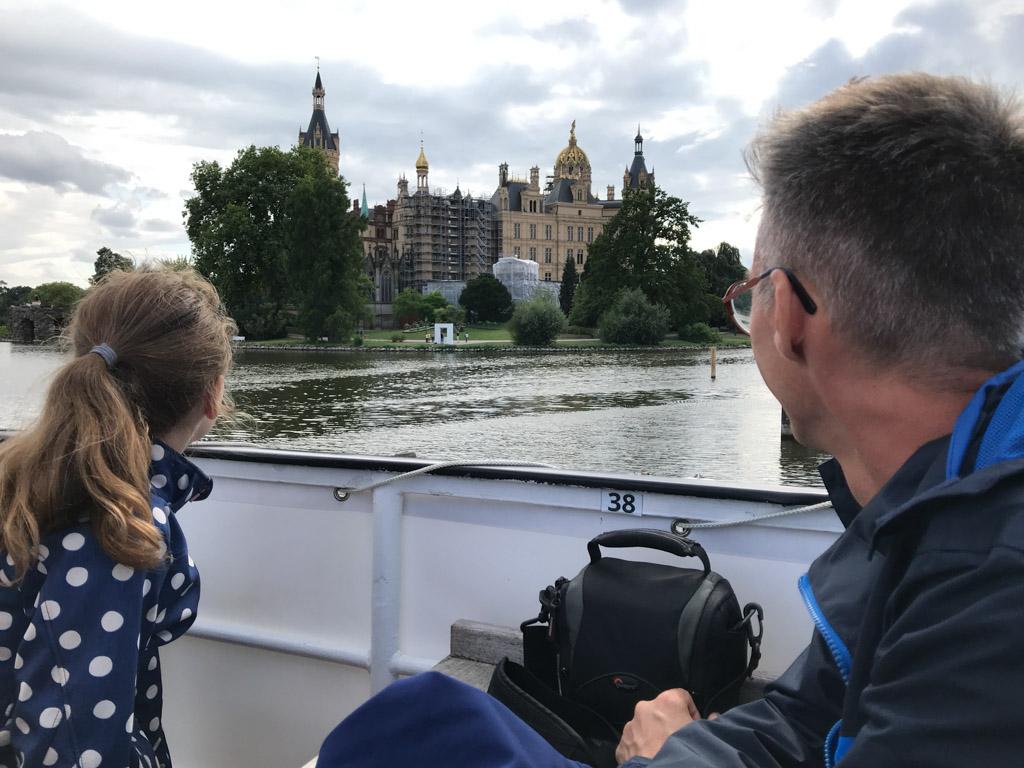 Eerste zicht vanaf de rondvaartboot op Schloss Schwerin.