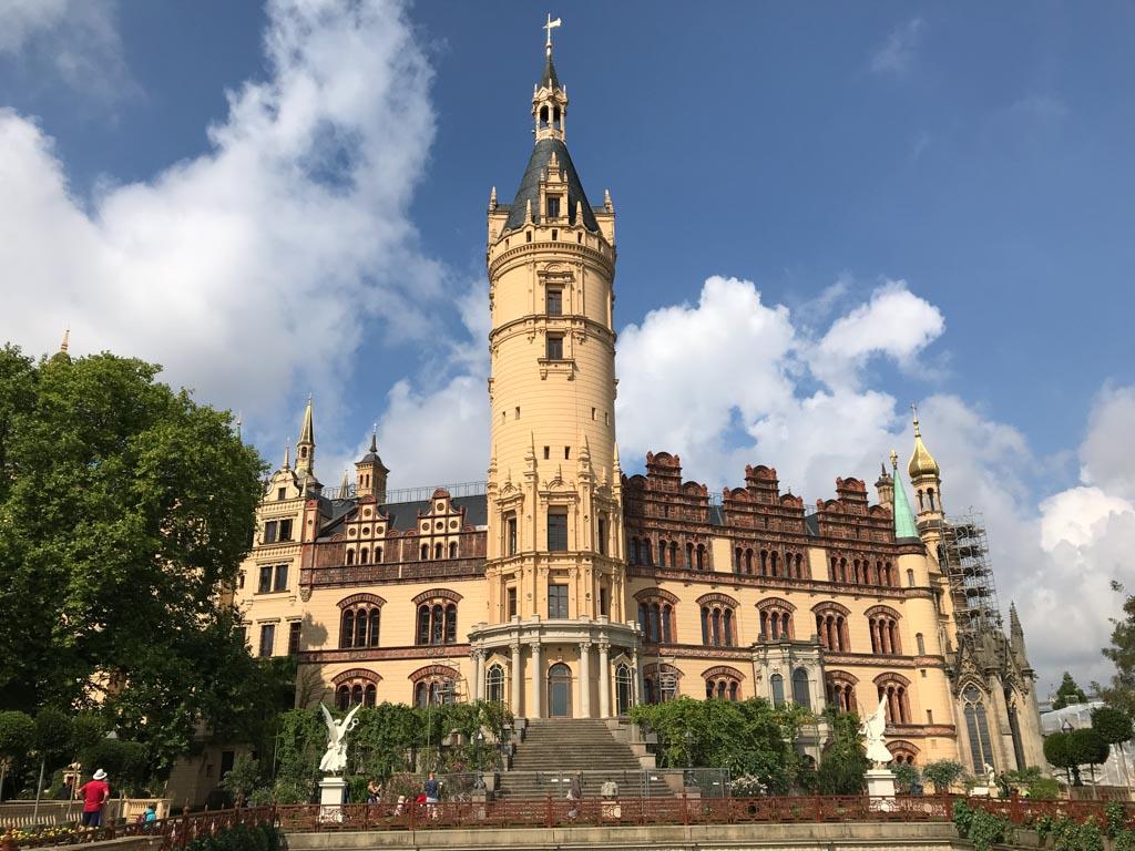 Het kasteel van Schwerin vanuit de tuin gezien.
