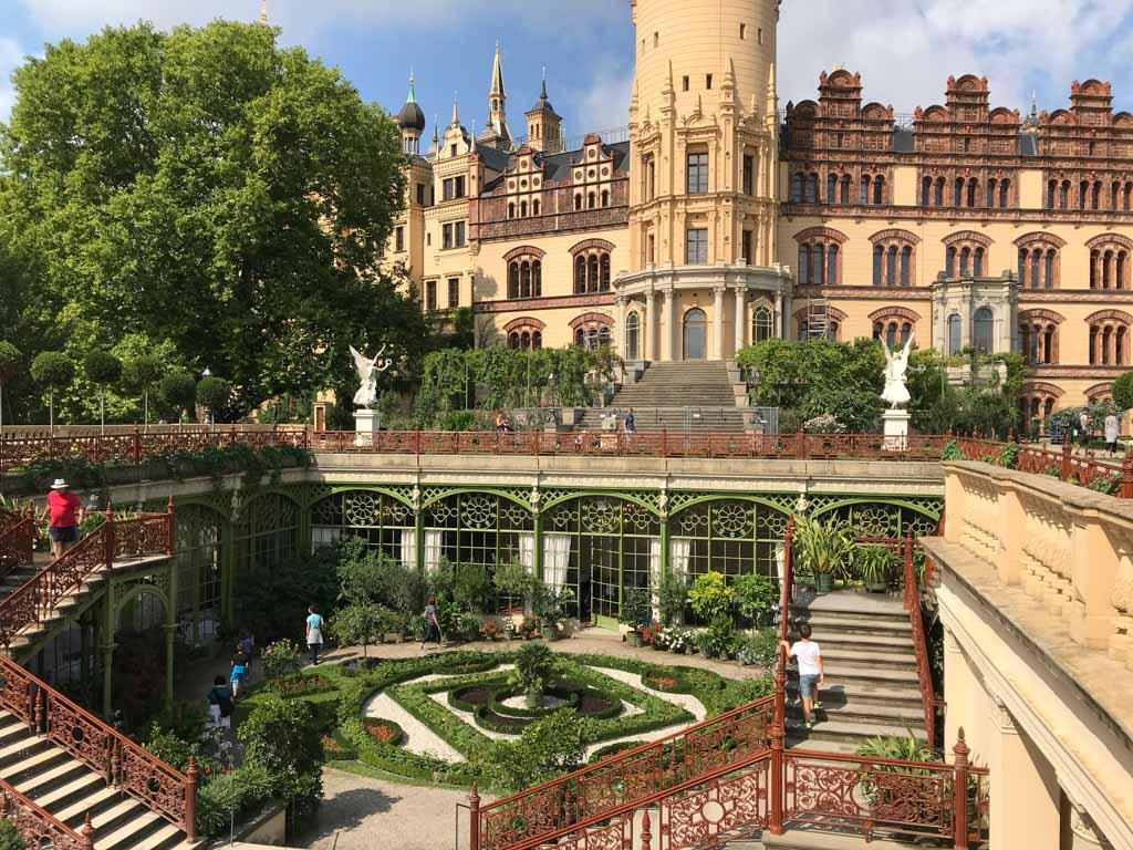 De combinatie van kasteel en Orangerie is erg mooi, maar onmogelijk op één foto te krijgen...