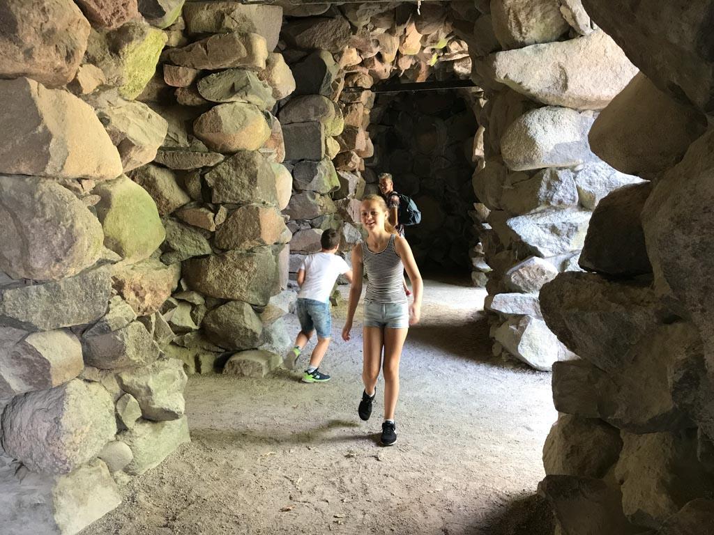 De aangelegde grot.