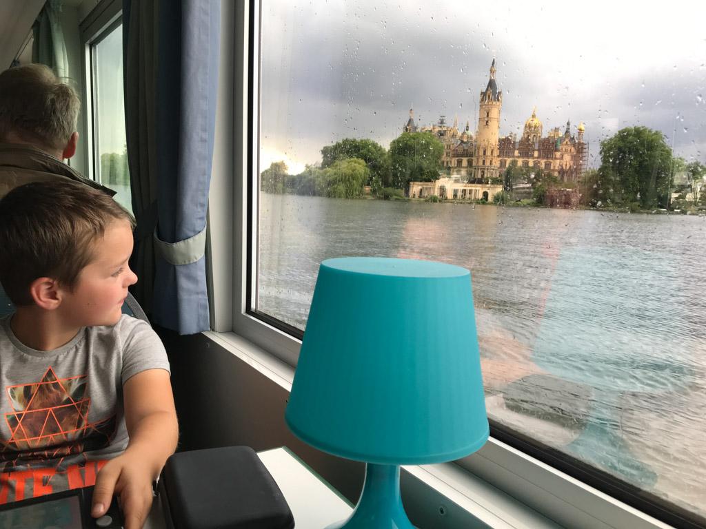Tijdens de regenbui kunnen we van binnen gelukkig ook het kasteel zien.