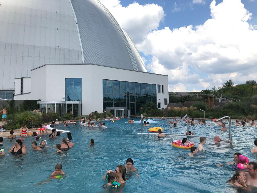 Het grootste zwembad buiten heeft allerlei faciliteiten zoals een stroomversnelling, bubbelbaden en watersproeiers.