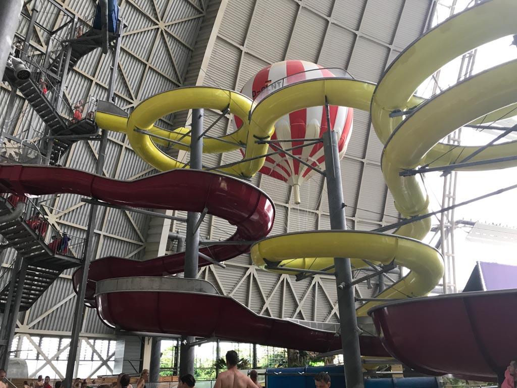 De luchtballon komt zelfs boven de glijbanen!