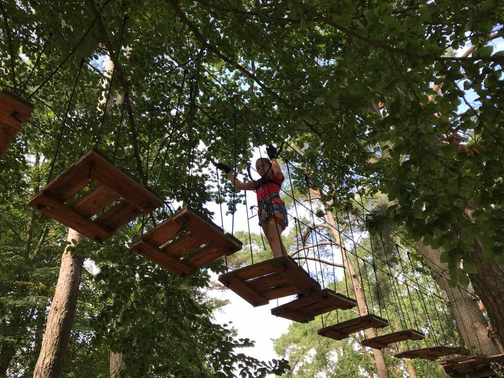 Maureen vindt het klimparcours van Kletterpark Boltenhagen op een leuke manier uitdagend.