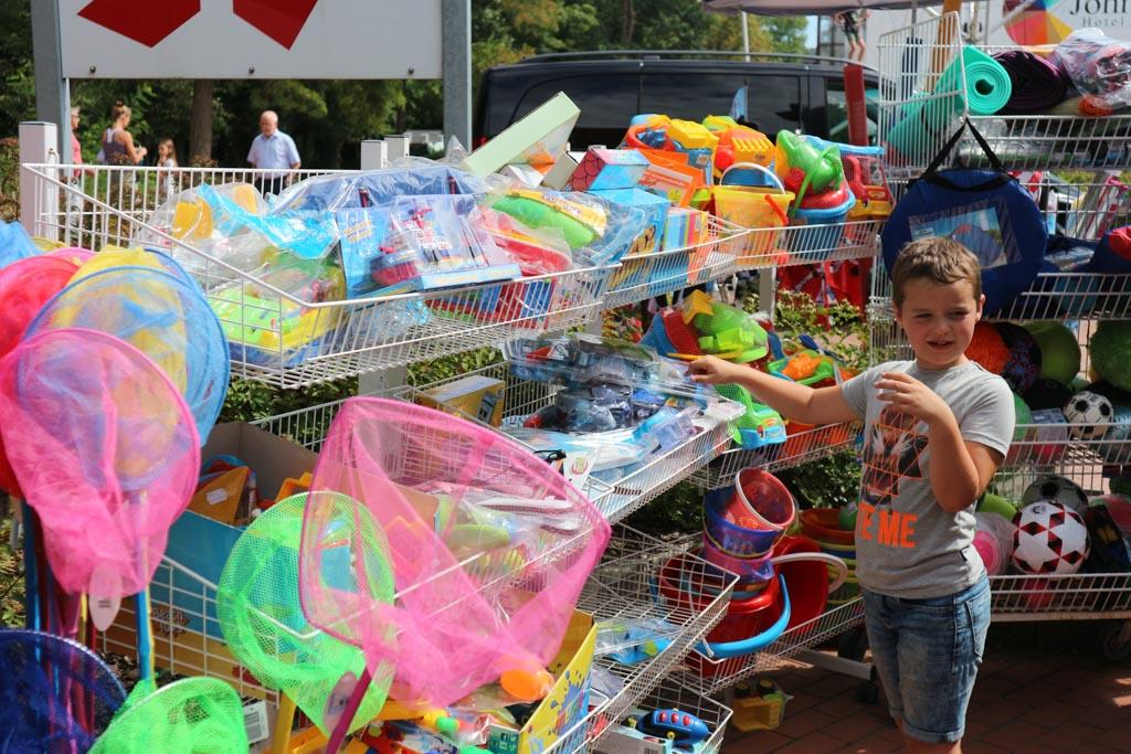 Er worden allerlei voor kinderen 'onmisbare' spullen verkocht.