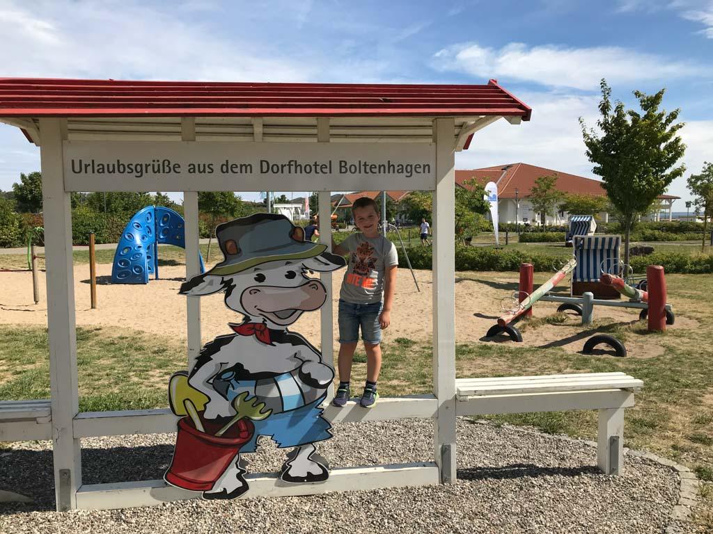 Op het terrein is een speeltuintje en een midgetgolfbaan te vinden, beide gelegen achter dit vrolijke welkomsbord.