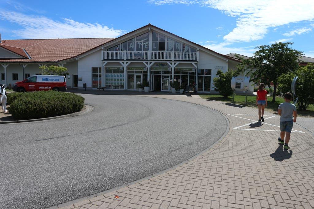 Het centrale gebouw van Dorfhotel Boltenhagen met de belangrijkste voorzieningen.