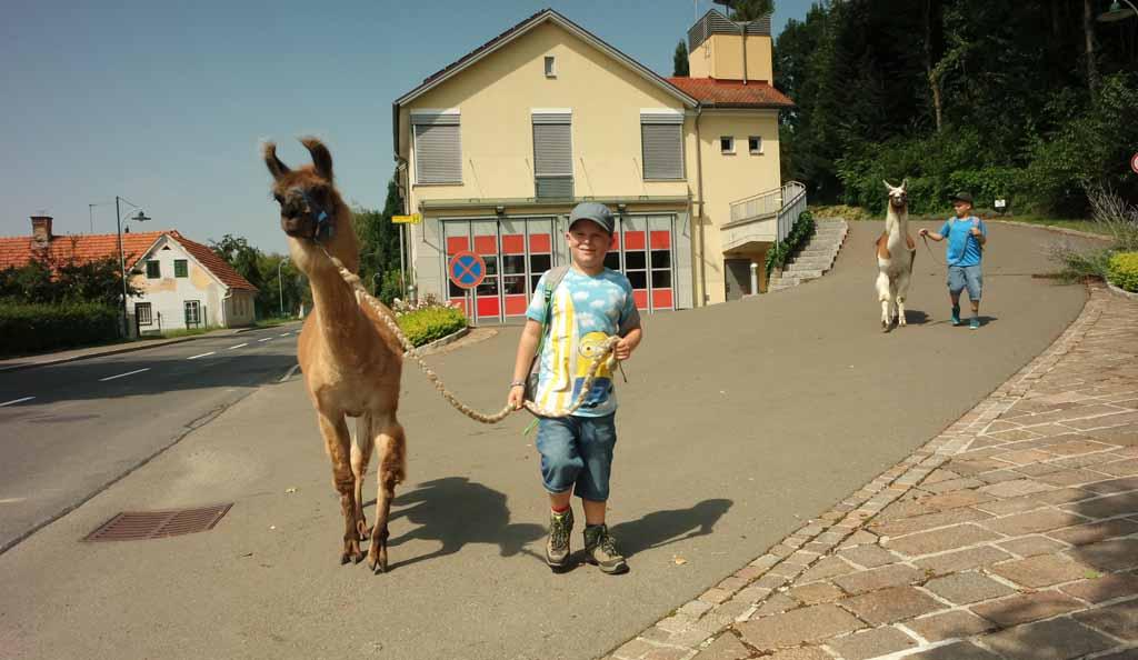 Lama, waar ga je met dat jongetje naar toe?