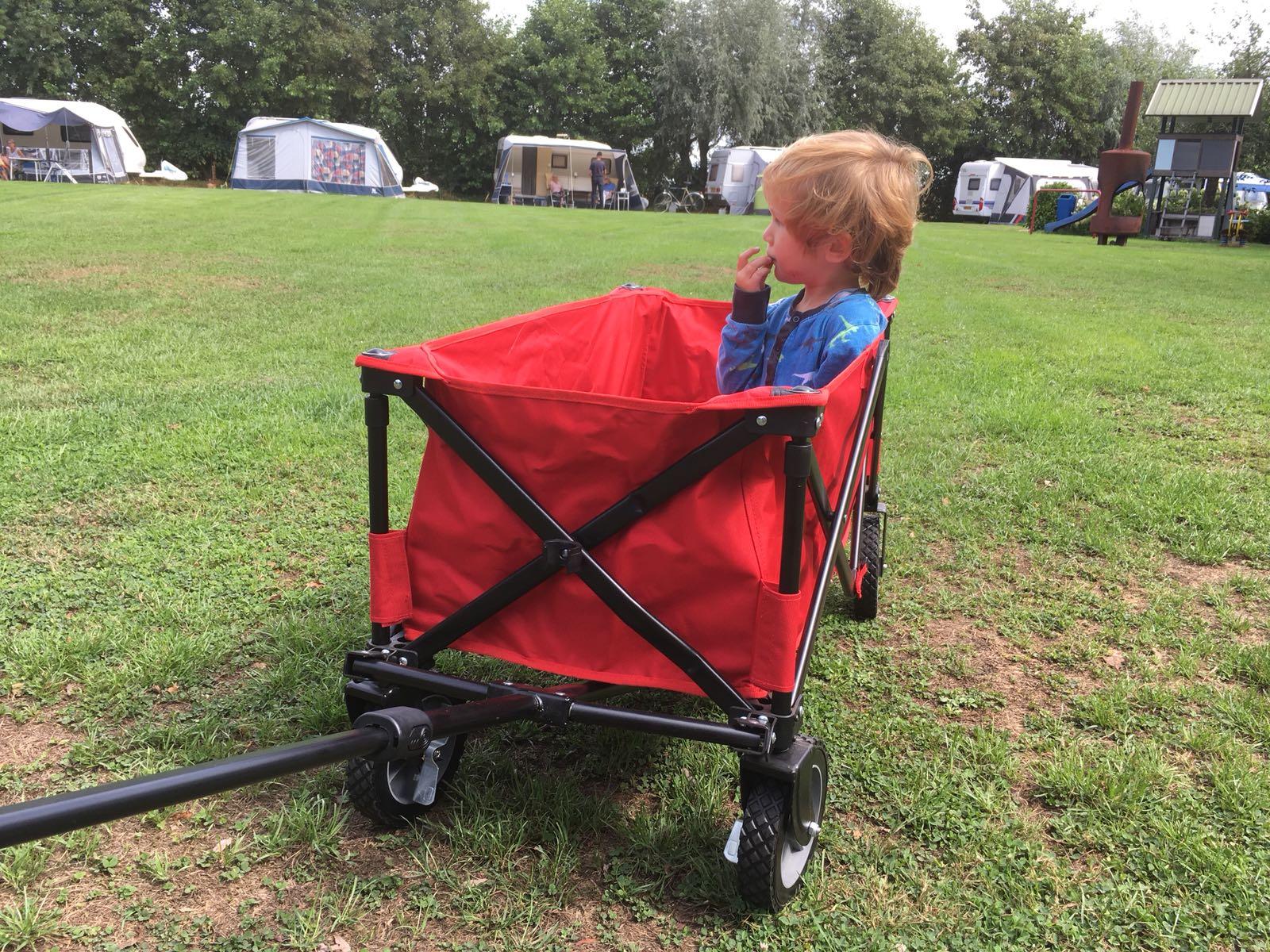 Na een klein dutje in de bolderkar neemt Faas even de tijd om de andere campingkinderen te bestuderen.
