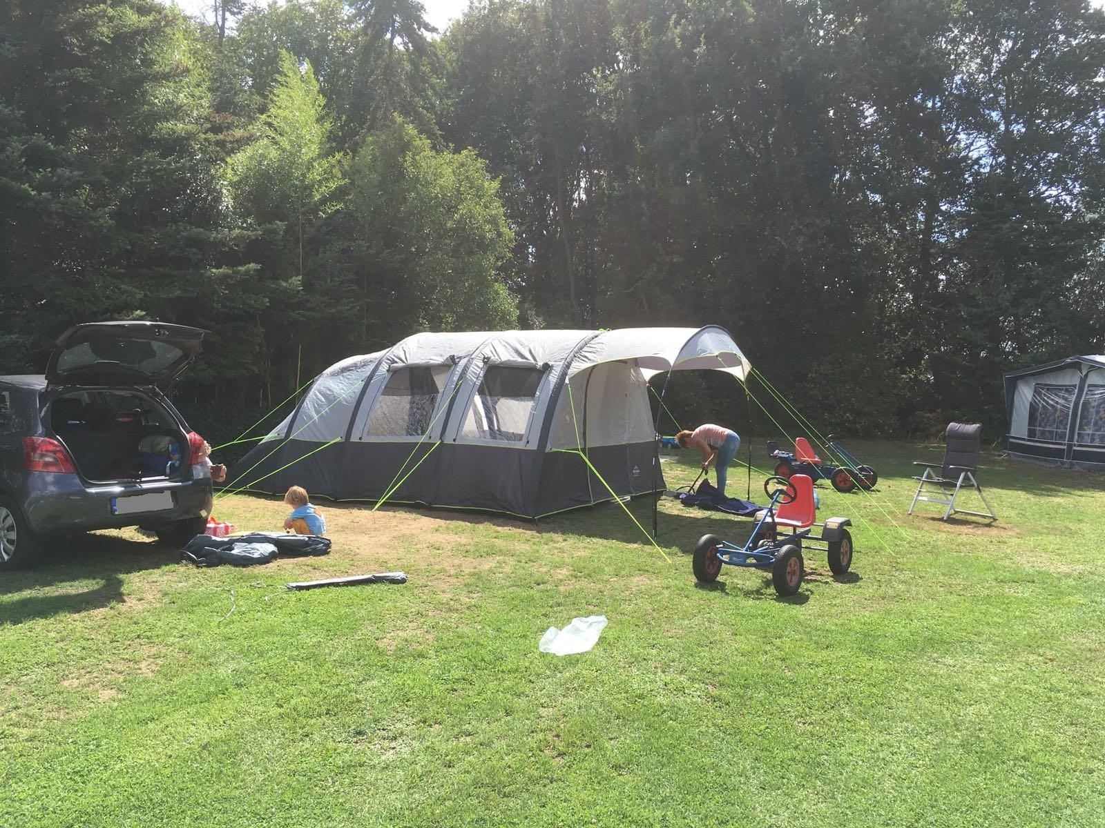 De kinderen vinden skelters en driewielers en parkeren die voor de tent.