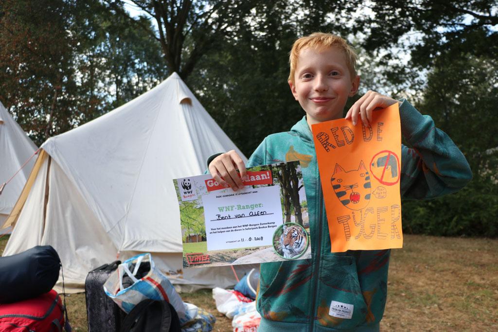 Met een diploma en actieposter op zak sluit Bent zijn WNF Ranger kamp goed af.