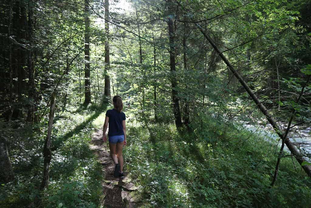 Via het avontuurlijke pad lopen we langs het water.