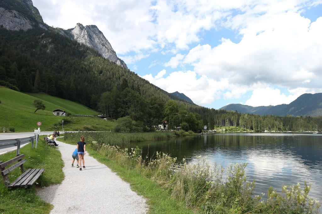 Het deel van het pad rondom de Hintersee waar wij lopen, is goed begaanbaar met wandelwagens.