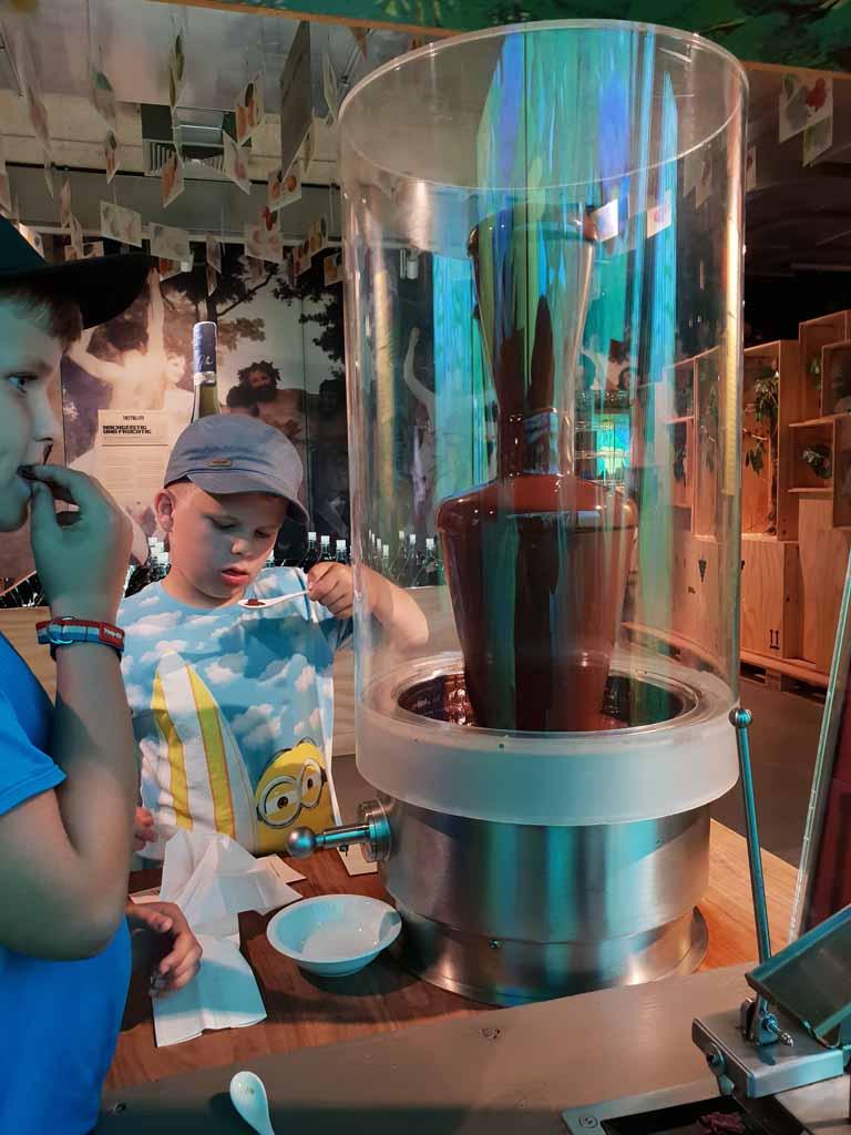 Chocolade tappen uit de chocolade fontein. Zullen we de rest van de dag hier blijven?