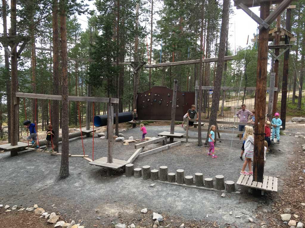 Onze kinderen vermaken zich prima op het kinderparcours, maar voor grotere waaghalzen zijn ook routes hoger tussen de bomen uitgezet.