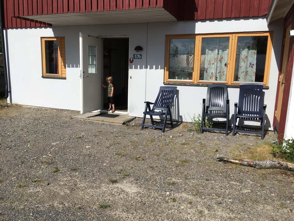 Ons huis in Idre Fjäll. Als je 's winters komt skiën is de buitenruimte misschien afdoende. Met weer dat uitnodigt om buiten te leven is deze grindbak wat armetierig.