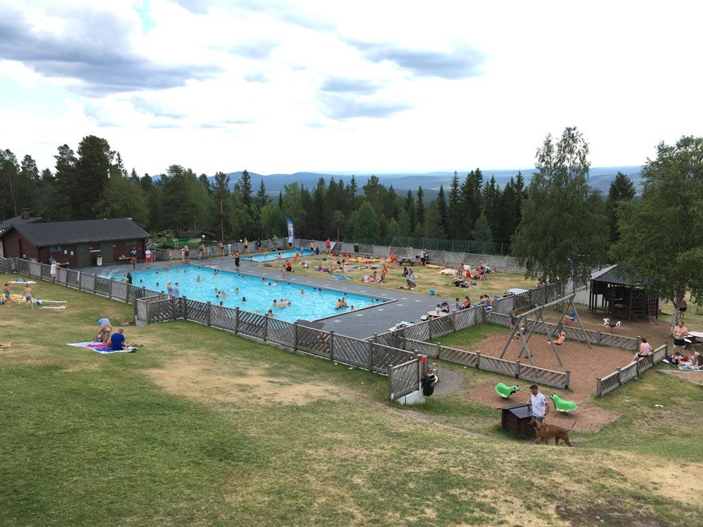 Een groot zwembad, een peuterbad, twee snelle glijbanen die uitkomen in een apart badje en een grote ligweide; hier wagen we natuurlijk meteen een plonsje.