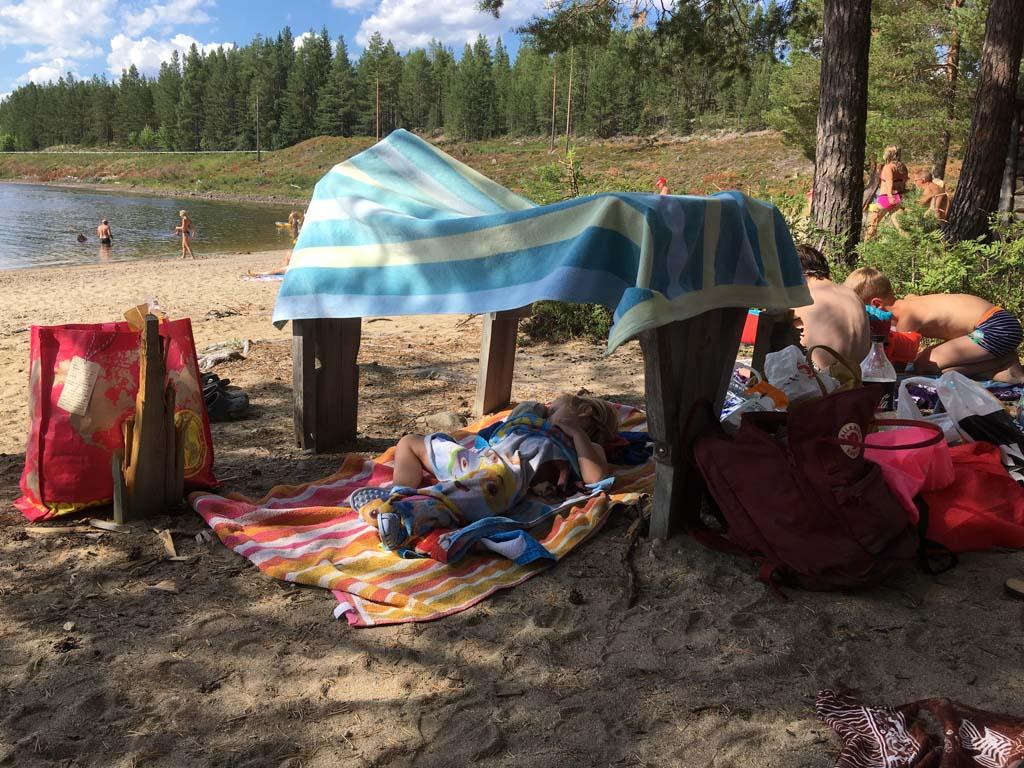 Van zwemmen word je moe. Faas doet een heerlijk dutje in een geïmproviseerde tent.