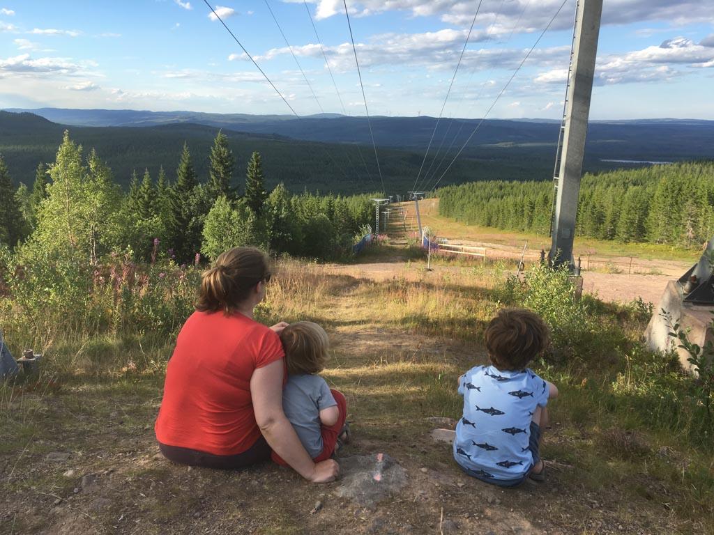 Tegen de avond rijden we naar de top van de berg waarop Orsa Grönklitt gebouwd is. Wat een prachtig uitzicht hebben we daar.