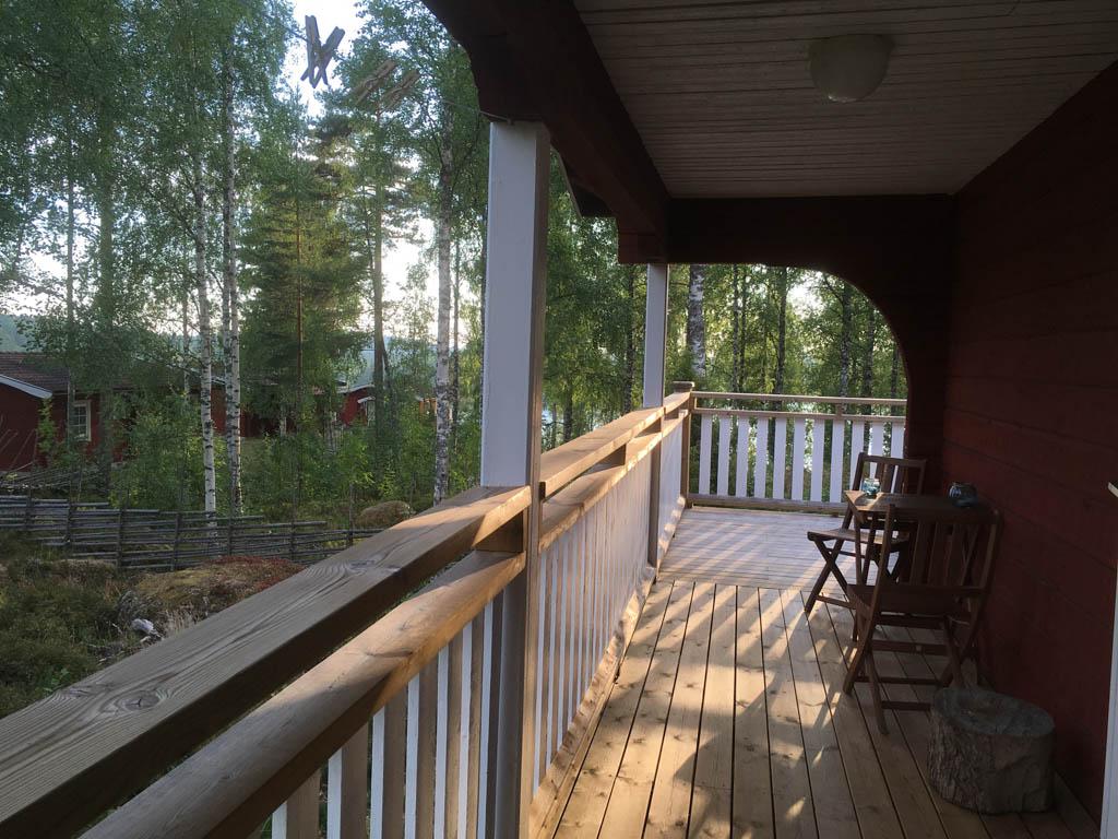Ons huis in Säfsen heeft een heerlijke veranda, waarop we eten, spelen en luieren.