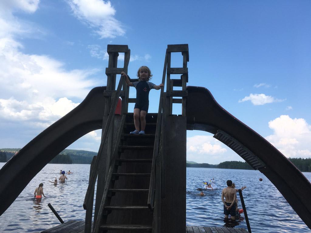 De glijbanen vindt Faas te hoog, maar met het trapje op en af klimmen vermaakt hij zich ook prima.