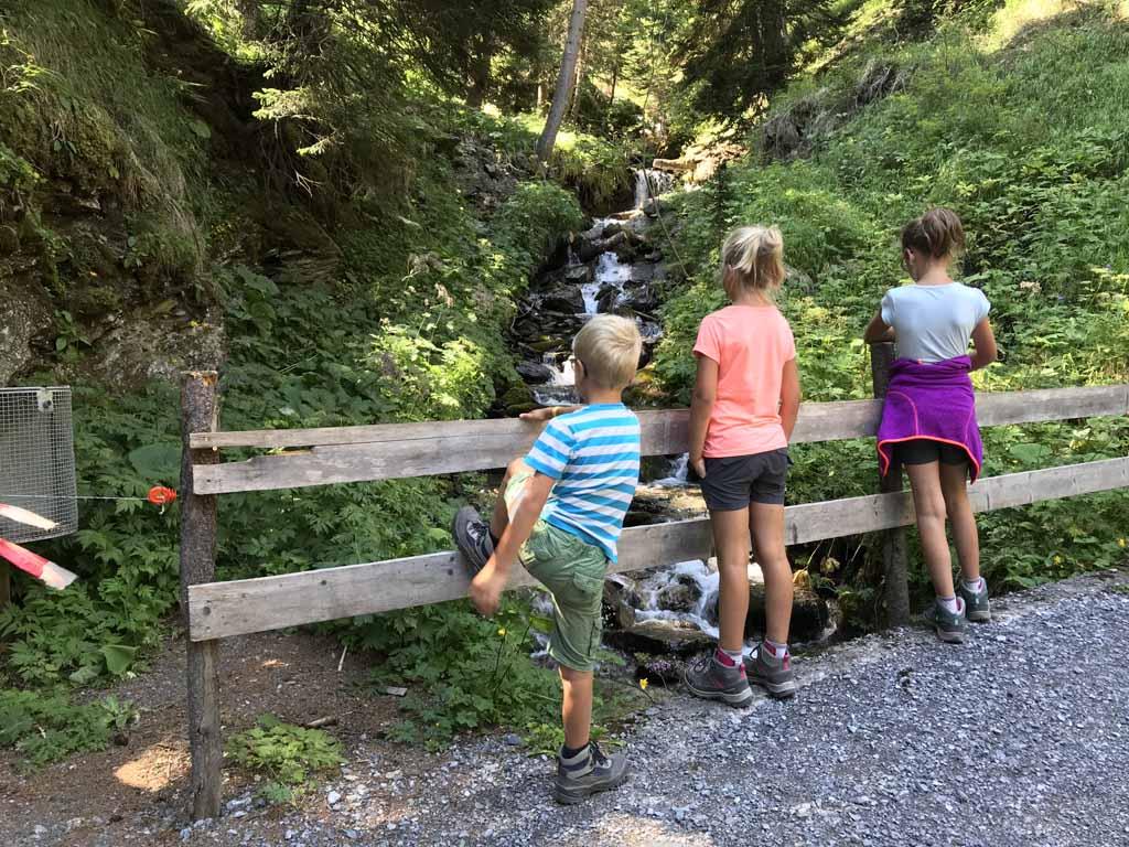 activiteiten in arosa wandelen waterval