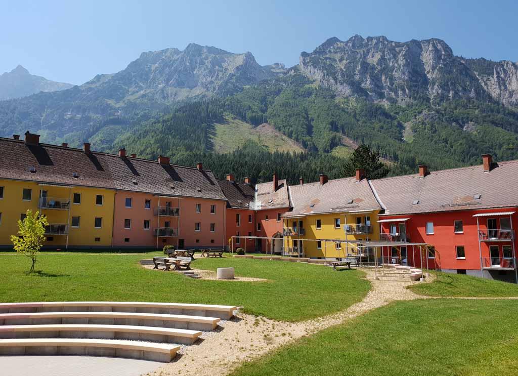 Het resort ziet er vrolijk uit met de bergen op de achtergrond alpin-resort-erzberg-eisenerz