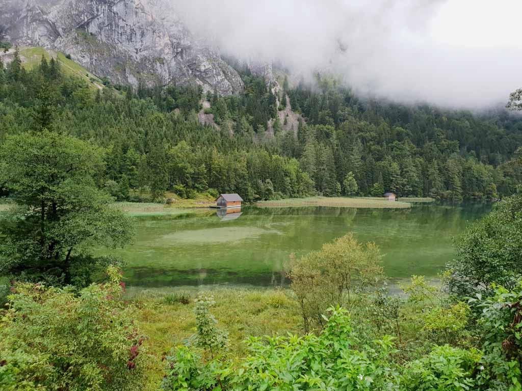 De Leopoldsteinersee is een meer dat tussen de bergen ligt