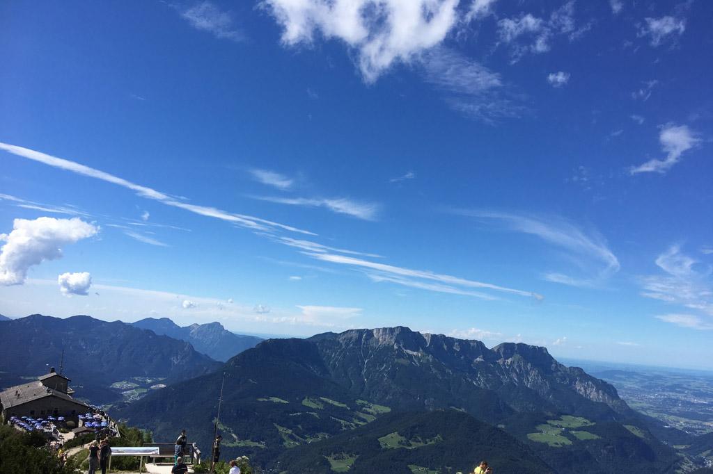 Uitzicht vanaf de Obersalzberg met links het Adelaarsnest (foto: Mieke).