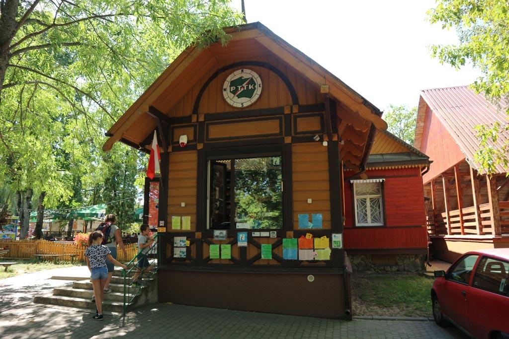 Bij dit kantoortje van het Bialowieza Nationaal Park boeken we de excursie door het Oerbos.